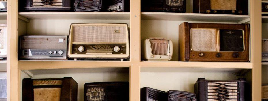 Etagère rempli de radio ancienne