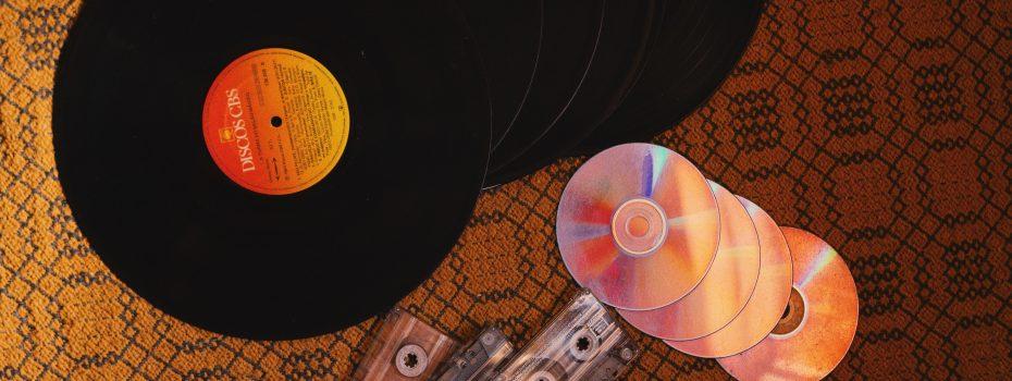 CD, Vinyle et cassettes posé sur un fond rétro