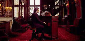 Les Pianos de Gainsbourg : André Manoukian dévoile un album envoûtant avec Camélia Jordana, Isabelle Adjani, Camille Lellouche…