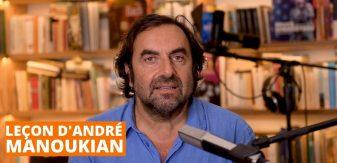André Manoukian devant un micro