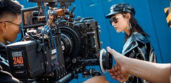 Cameraman qui filme une jeune femme